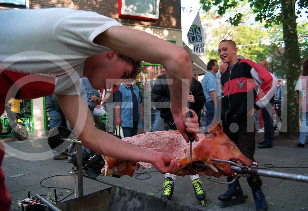 hardenberg : varken aan het spit wordt op moment van foto gesneden..foto frank uijlenbroek©1996/dio