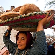 Fawaza. a village on an island on the Nile river. cooking traditional bread in an oven  Edfou  Egypt  <br /> /<br /> Fawaza un village sur une ile du Nil pres de Edfou. preparation traditionnelle du pain dans un four  Edfou  Egypte <br /> //<br /> L0056017