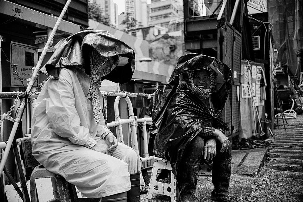 Hong Kong | 04.05.2017: Hong Kong <br /> <br /> hier: zwei Bauarbeiterinnen<br />  <br /> Sascha Rheker<br /> 20170504<br /> <br /> [Inhaltsveraendernde Manipulation des Fotos nur nach ausdruecklicher Genehmigung des Fotografen. Vereinbarungen ueber Abtretung von Persoenlichkeitsrechten/Model Release der abgebildeten Person/Personen liegt/liegen nicht vor.]