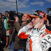 NLD/Volkel/20070420 - Spyker F1 meets F16, Full Throttle 2007, Christijan Albers met vingers in de oren wachtend op f-16 piloot Ralph Aarts