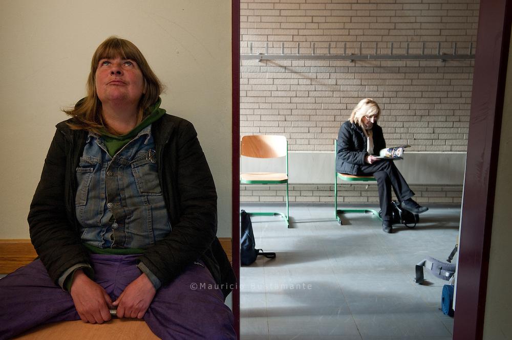 Hamburg ist auch eine Metropole, die reich an Armut ist. Hätten Sie vermutet, dass 107.250 Hamburger Familien, darunter 51.754 Kinder in unserer Stadt von Hartz IV leben? Dass sich mehr als 4.000 Obdachlose in Hamburg durchs Leben kämpfen? Wir können zwar nicht das Problem der Armut in unserer Stadt lösen, aber wir können (mit Ihnen zusammen) Oasen der Hoffnung schaffen und Menschen, die am Rande stehen, den Respekt und die Achtung erweisen, die sie verdienen.