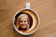 ROTTERDAM - maak je eigen selfichino in  de nieuwe koffietent Armada . In Rotterdam kun je die twee sinds kort combineren: koffiebar Amada serveert koffie met een drinkbare selfie erop: de selfiecino  koningin Maxima , koning Willem-Alexander en prinses Amalia prinses Alexia , ARiane  en prins harry en Megan MArkle de eerste van europa die deze cappuchino's kan aanbieden voor hun klanten  . En zo&rsquo;n selfiecino smaakt gek genoeg gewoon naar koffie met melk: de selfie op het melkschuim is gemaakt van eetbare inkt. Klanten vinden het leuk om van de selfiecino weer een foto te maken om op Instagram of Facebook te zetten: een hip Droste-effect. Nejan en zijn vrouw Ahu Doganer hebben hoge verwachtingen van hun selfieprinter voor cappuccino. Er zijn genoeg koffiezaakjes in Rotterdam, maar wij hebben de selfiecino. <br /> ROBIN UTRECHT