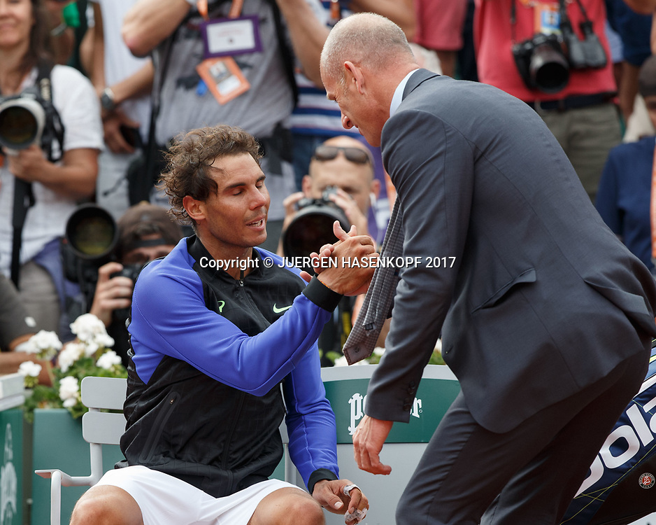 Turnierdirektor Guy Forget gratuliert dem Sieger RAFAEL NADAL (ESP)<br /> <br /> Tennis - French Open 2017 - Grand Slam / ATP / WTA / ITF -  Roland Garros - Paris -  - France  - 11 June 2017.