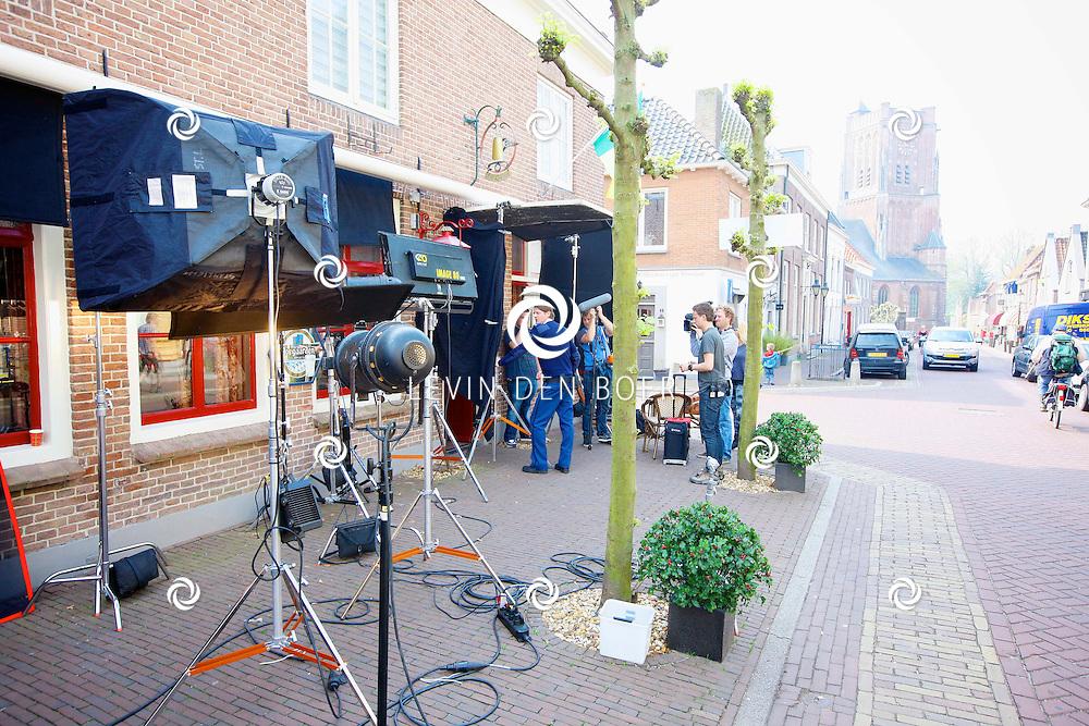 WOUDRICHEM - In het kleine vestingstad Woerkum zijn de opnames van Dokter Tinus. Deze tv serie word op SBS6 uitgezonden. Met op de foto de filmset in de kroeg 'De Corner'. FOTO LEVIN DEN BOER - PERSFOTO.NU