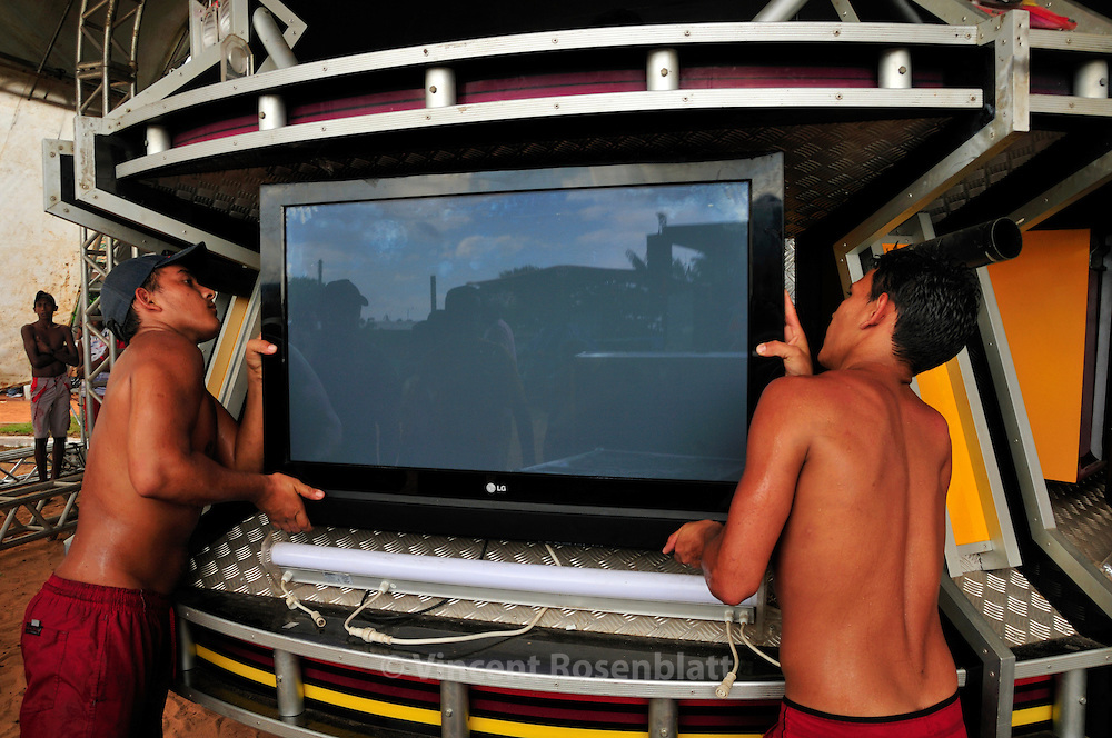 Mounting of the soundsystem of the Cyborg, one of the major soundmachine of the state of Para. The party starts in the afternoon and will only end at the sunrise. An Amazonian, popular rave party, swinging on the rythm of Technobrega. .? Vincent Rosenblatt / Agencia Olhares