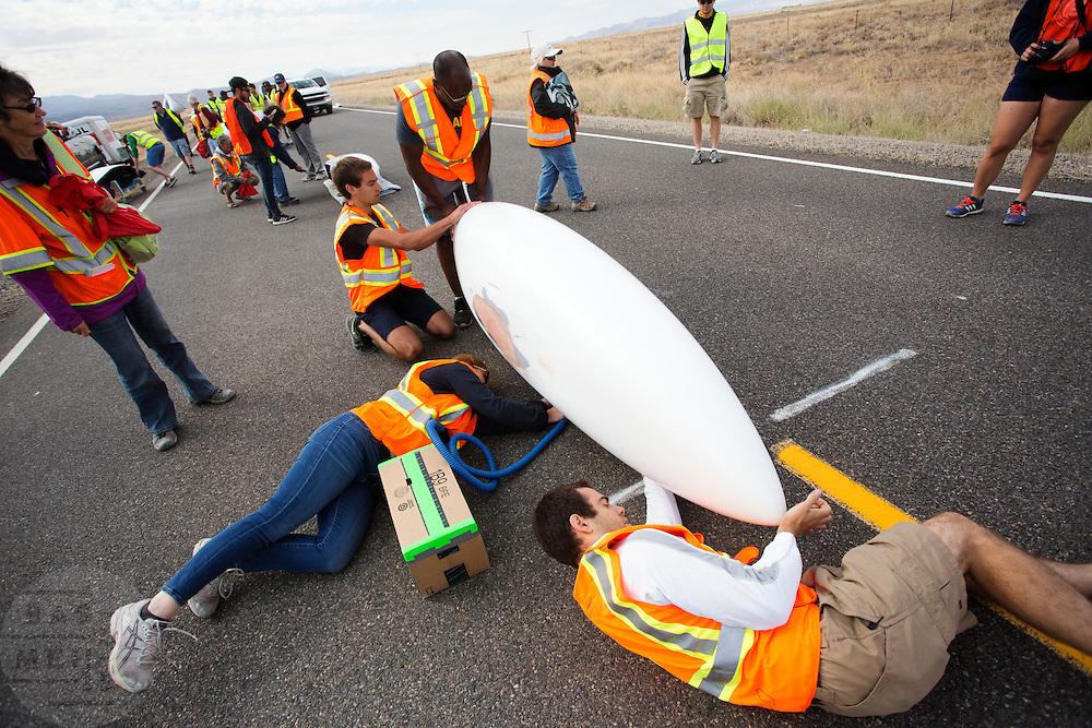 De Eta met Todd Reichert tijdens de kwalificaties op maandagochtend. In Battle Mountain (Nevada) wordt ieder jaar de World Human Powered Speed Challenge gehouden. Tijdens deze wedstrijd wordt geprobeerd zo hard mogelijk te fietsen op pure menskracht. Het huidige record staat sinds 2015 op naam van de Canadees Todd Reichert die 139,45 km/h reed. De deelnemers bestaan zowel uit teams van universiteiten als uit hobbyisten. Met de gestroomlijnde fietsen willen ze laten zien wat mogelijk is met menskracht. De speciale ligfietsen kunnen gezien worden als de Formule 1 van het fietsen. De kennis die wordt opgedaan wordt ook gebruikt om duurzaam vervoer verder te ontwikkelen.<br /> <br /> In Battle Mountain (Nevada) each year the World Human Powered Speed Challenge is held. During this race they try to ride on pure manpower as hard as possible. Since 2015 the Canadian Todd Reichert is record holder with a speed of 136,45 km/h. The participants consist of both teams from universities and from hobbyists. With the sleek bikes they want to show what is possible with human power. The special recumbent bicycles can be seen as the Formula 1 of the bicycle. The knowledge gained is also used to develop sustainable transport.