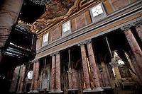 Castellaneta (TA), marzo 2013..La chiesa di Santa Maria Assunta è il duomo di Castellaneta, e cattedrale della diocesi omonima...La primitiva chiesa, dedicata al santo patrono cittadino san Nicola, fu edificata nella seconda metà dell'XI secolo e riedificata nel XIV secolo nelle forme del romanico pugliese con la nuova dedica a santa Maria Assunta. Nel XVII e XVIII secolo l'edificio fu rinnovato e restaurato in forme barocche; quest'opera ha quasi totalmente cancellato ogni traccia della chiesa primitiva...La facciata barocca in calcare bianco (del 1771) è ornata da sei statue. Quattro ornano la parte alta terminante con una balaustra, e raffigurano le quattro virtù cardinali, mentre lateralmente vi sono le statue dei santi Gennaro e Nicola. Affianca la facciata il campanile con bifore, unico resto rilevante della chiesa romanica..L'interno dell'edificio è a pianta basilicale a tre navate suddivise da coppie di colonne; le tre navate terminano con tre absidi; il soffitto ligneo è impreziosito da opere settecentesche di Carlo Porta da Molfetta (1733-1739) raffiguranti l'Assunta e san Nicola. Sulle navate laterali insistono otto cappelle, tra cui in particolare la cappella di san Nicola con un busto argenteo del santo (1756) e quella della santissima Trinità con il frontespizio ligneo dell'altare risalente al XV secolo. Due dipinti di Domenico Carella da Martina ornano la zona del presbiterio, ove sono collocate anche due statue dei santi Pietro e Paolo (del XVI secolo)...Fonte: http://it.wikipedia.org/wiki/Cattedrale_di_Castellaneta
