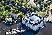 Nederland, Noord-Holland, Amsterdam, 27-09-2015; Kattenburg. Voorwerf  onderdeel van het Marineterrein. Rechtsonder het Scheepvaartmuseum.<br /> View on Navy area (center) and the National Maritime Museum.<br /> luchtfoto (toeslag op standard tarieven);<br /> aerial photo (additional fee required);<br /> copyright foto/photo Siebe Swart