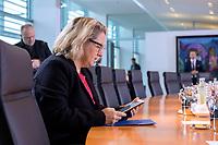 06 NOV 2019, BERLIN/GERMANY:<br /> Svenja Schulze, SPD, Bundesumweltministerin, liest in ihrem Tablett, vor Beginn der Kabinettsitzung, Bundeskanzleramt<br /> IMAGE: 20191106-01-003<br /> KEYWORDS: Kabinett, Sitzung
