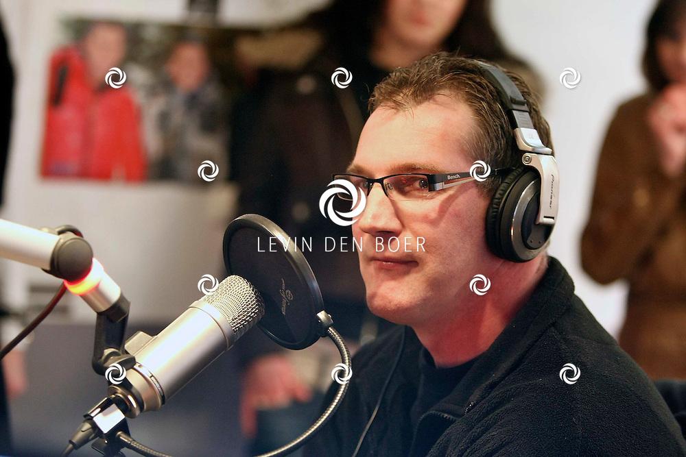 HILVERSUM - Bij radio 538 was het een bijzondere nacht, de uitzending 53N8CLUB had namelijk een bijzondere fan in de studio die de portretten van de DJ's op zijn rug liet tatoeeren door Jan's Tattoo Studio Zaltbommel. Met op de foto Gerard Schalken. FOTO LEVIN DEN BOER / PERSFOTO.NU