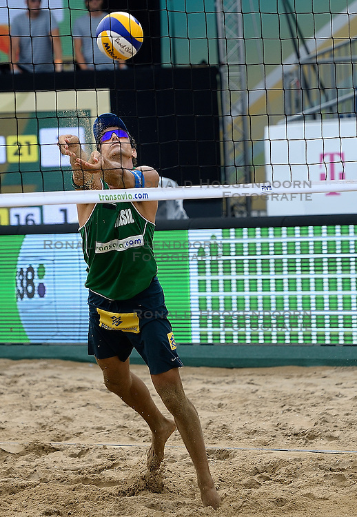20-07-2014 NED: FIVB Grand Slam Beach Volleybal, Scheveningen<br /> Alison Cerutti (1) BRA