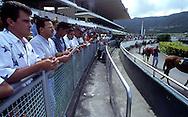 Vista de la tribuna popular, donde los aficionados esperan el inicio de la carrera.  People watching the race. (Ramón Lepage/Orinoquiaphoto)