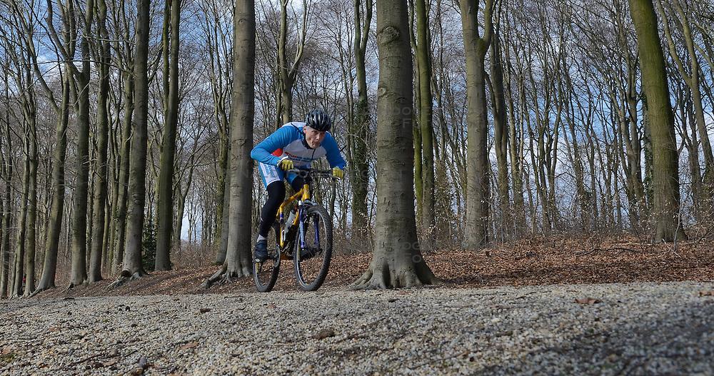 01-04-2013 ALGEMEEN: WE BIKE 2 CHANGE DIABETES: ARNHEM<br /> In de bossen bij Papendal werd de tweede meeting van de BvdGf gehouden met een fotosessie en een stukje biken / Lex<br /> &copy;2013-FotoHoogendoorn.nl