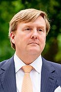 VILNIUS - Koning Willem-Alexander wordt begroet door president Dalia Grybauskaite tijdens de welkomstceremonie bij het presidentieel paleis aan het begin van zijn staatsbezoek aan Litouwen. De koning legt in een week drie staatsbezoeken af aan Letland, Estland en Litouwen. ANP ROYAL IMAGES ROBIN UTRECHT **NETHERLANDS ONLY**