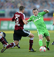 FUSSBALL   1. BUNDESLIGA  SAISON 2012/2013   10. Spieltag 1. FC Nuernberg - VfL Wolfsburg      03.11.2012 Per Nilsson (li, 1 FC Nuernberg)   gegen Ivica Olic (VfL Wolfsburg)