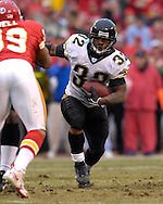 Jacksonville Jaguars running back Maurice Jones-Drew (32) rushes up field in the first half against Kansas City at Arrowhead Stadium in Kansas City, Missouri, December 31, 2006.  The Chiefs beat the Jaguars 35-30.<br />