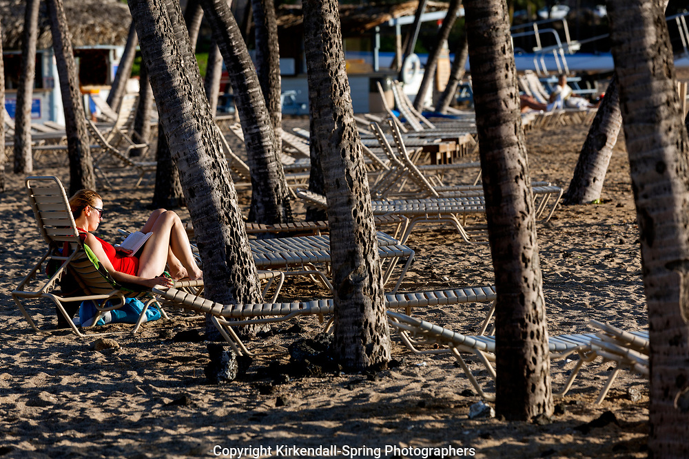 HI00421-00...HAWAI'I - Relaxing along the Kona Coast at Anaeho'omalu Bay on the island of Hawai'i.