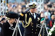 Nationale dodenherdenking op de Dam in Amsterdam .<br /> <br /> Op de foto:<br /> <br />  Koningin Beatrix en prins Willem-Alexander
