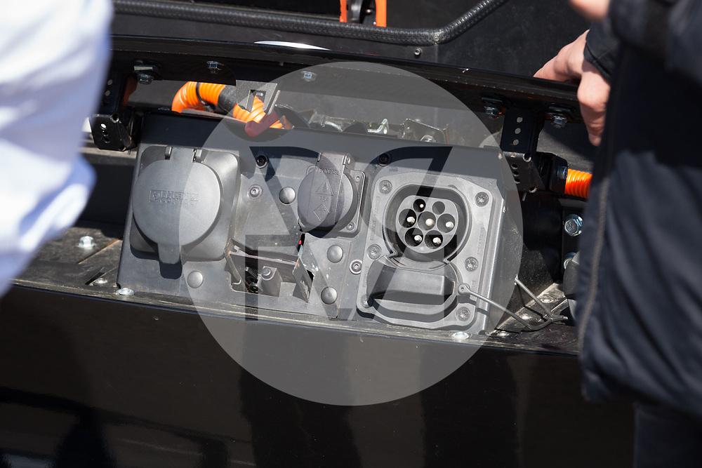 SCHWEIZ - BASEL - Das Elektroauto Sion von Sono Motors, hat Solarzellen in der Karosserie und tankt Sonnenenergie. Hier die Stecker in der Motorhaube links Starkstrom, in der Mitte der Schuko, (beides Ausgänge), rechts der Ladestecker - 13. April 2018 © Raphael Hünerfauth - http://huenerfauth.ch