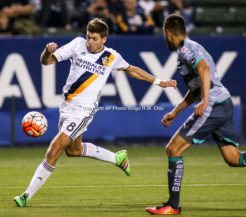 Los Angeles Galaxy's midfielder Steven Gerrard, left, controls the ball against Santos Laguna's defender Nestor Araujo during the second half of a CONCACAF Champions League quarter final gamem in Carson, Calif., Wednesday, Feb. 24, 2016. The game ended in a 0-0 draw. (AP Photo/Ringo H.W. Chiu)