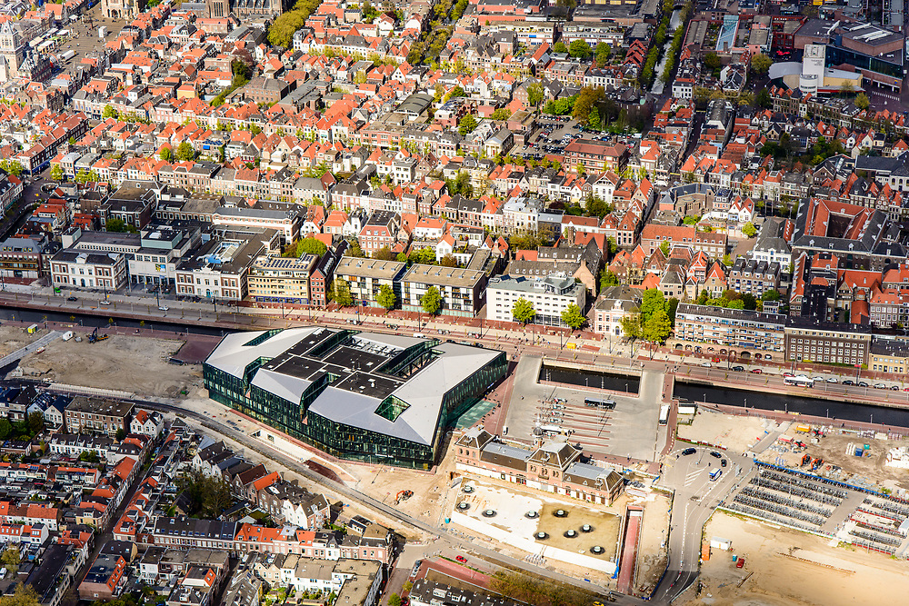 Nederland, Zuid-Holland, Gemeente Delft, 28-04-2017; Delft, spoorzone met onder de grond de Willem van Oranjetunnel. Het stadskantoor gecombineerd met het nieuwe station aan de gracht Westvest (Westsingelgracht), ontwerp Mecanoo Architecten. Stationsplein met busstation en het voormalige station.<br /> New city hall and railwaystation, design Mecanoo Architecten.<br /> luchtfoto (toeslag op standard tarieven);<br /> aerial photo (additional fee required);<br /> copyright foto/photo Siebe Swart