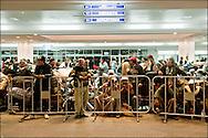 Des réfugiés Egyptiens ayant fui la Libye pour la Tunisie attendent leur rapatriement à l'aéroport de Djerba. La France (en coopération avec l'armée Tunisienne) organise sur place un ballet aérien reliant la ville de Djerba et celle du Caire. Aéroport de Djerba le 5 mars 2011. © Benjamin Girette/IP3 press