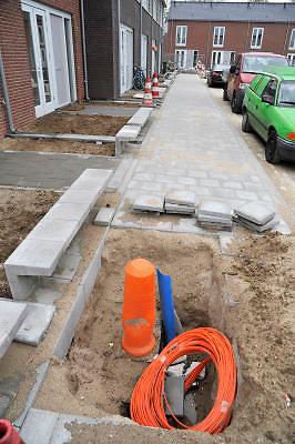Nederland, Nijmegen, 1-5-2012Bouwvakkers zijn bezig met het bouwen van huizen in de nieuwe wijk Laauwik, onderdeel van de stadsuitbreiding de Waalsprong van Nijmegen in Lent. Glasvezelkabels liggen klaar om aangesloten te worden. Door de slechte economische situatie worden veel van de nieuwbouwplannen gewijzigd of uitgesteld.Foto: Flip Franssen/Hollandse Hoogte