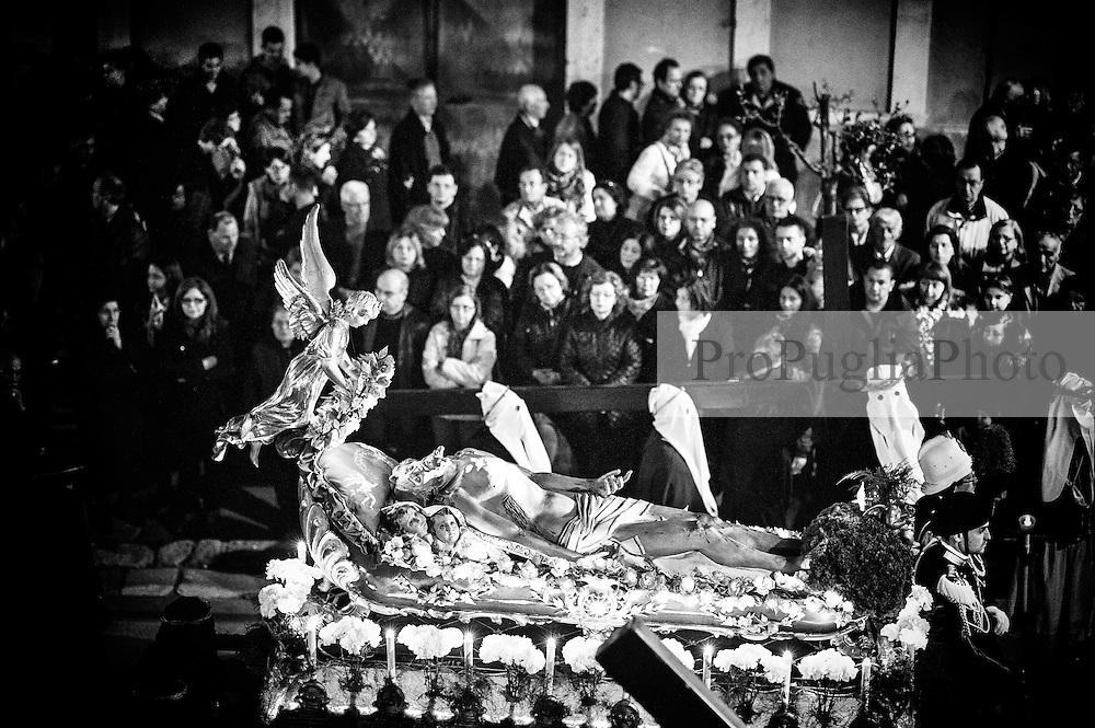 """Noicattaro. Venerdi santo. Processione della """"naca""""."""