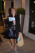 Sahar Hashemi with goody bag. Launch dinner for Island Beauty by India Hicks hosted by Charles Finch and Harvey Nichols Fifth Floor Restaurant. London. .  14  November 2005 . ONE TIME USE ONLY - DO NOT ARCHIVE © Copyright Photograph by Dafydd Jones 66 Stockwell Park Rd. London SW9 0DA Tel 020 7733 0108 www.dafjones.com