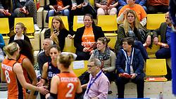 30-12-2015 NED: Nederland - Belgie, Almelo<br /> Op het 25 jaar Topvolleybal Almelo spelen Nederland en Belgie een oefen interland ter voorbereiding op het OKT dat maandag in Ankara begint. Nederland wint overtuigend met 3-1 / Support, publiek, Suus