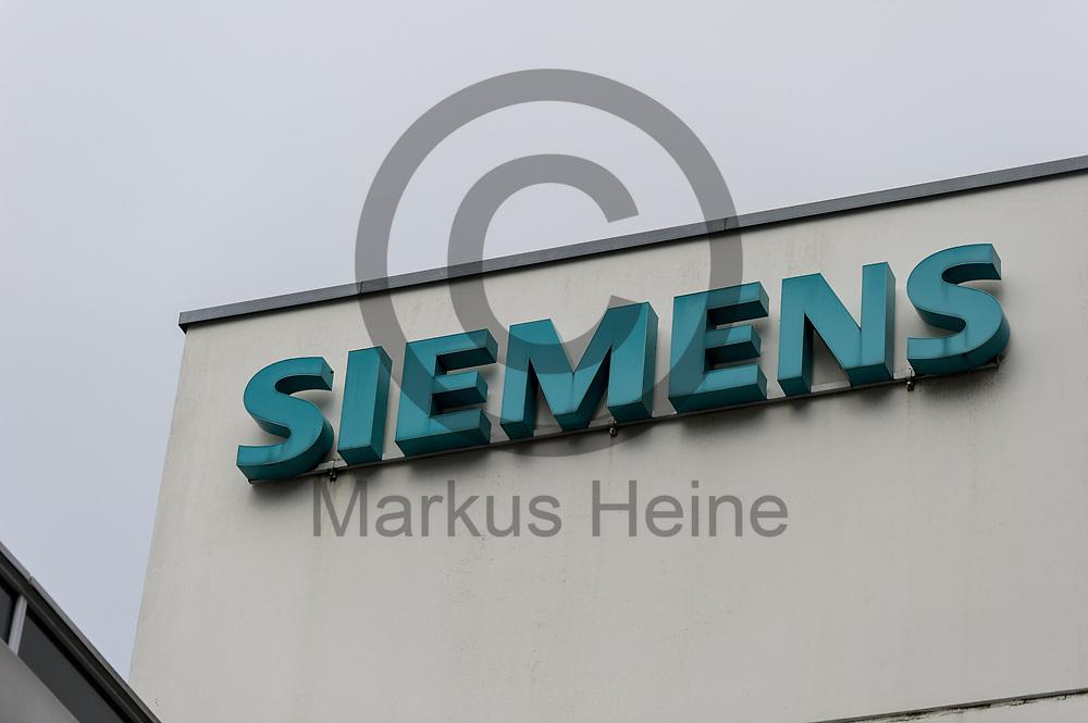 Deutschland, Berlin - 20.11.2017<br /> <br /> Das Logo von Siemens<br /> <br /> Germany, Berlin - 20.11.2017<br /> <br /> The Logo of Siemens<br /> <br />  Foto: Markus Heine<br /> <br /> ------------------------------<br /> <br /> Ver&ouml;ffentlichung nur mit Fotografennennung, sowie gegen Honorar und Belegexemplar.<br /> <br /> Bankverbindung:<br /> IBAN: DE65660908000004437497<br /> BIC CODE: GENODE61BBB<br /> Badische Beamten Bank Karlsruhe<br /> <br /> USt-IdNr: DE291853306<br /> <br /> Please note:<br /> All rights reserved! Don't publish without copyright!<br /> <br /> Stand: 11.2017<br /> <br /> ------------------------------