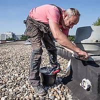 Nederland, Amsterdam, 31 augustus 2016.<br /> Dakwerkzaamheden bij panden aan Nieuwlandhof 33-2019 in Amsterdam Zuidoost uitgevoerd door Consolidated.<br /> <br /> Foto: Jean-Pierre Jans