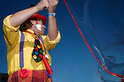 Clown mit Riesen-Seifenblase. Clown avec bulle de savon géante. Clown creating huge soap bubble. © Romano P. Riedo