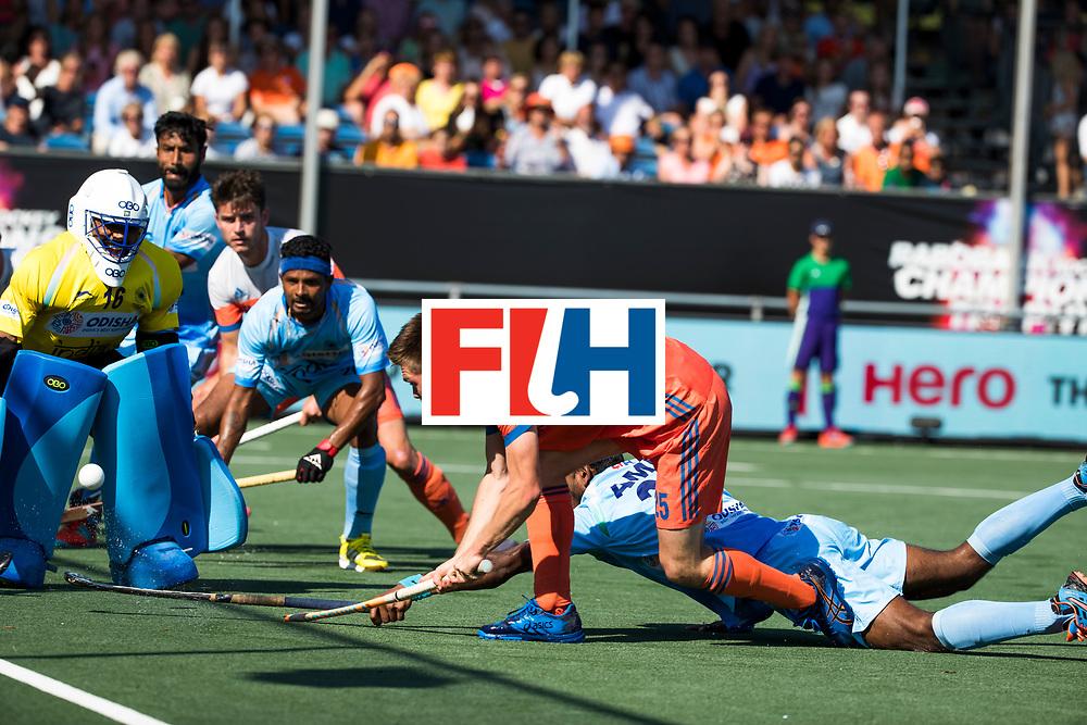 BREDA - Thierry Brinkman (Ned) op weg naar de 1-1  tijdens Nederland- India (1-1) bij  de Hockey Champions Trophy. India plaatst zich voor de finale. links keeper Sreejesh Parattu (Ind.)   COPYRIGHT KOEN SUYK