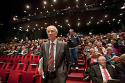 Minister Gerd Leers loopt de zaal van het Beatrixtheater binnen. In Utrecht houdt het CDA haar partijcongres. Het congres staat voor een groot deel in het teken van de uitzetting van Mauro. <br /> <br /> Minister Gerd Leers is walking to his seat at the congress of the CDA in Utrecht.