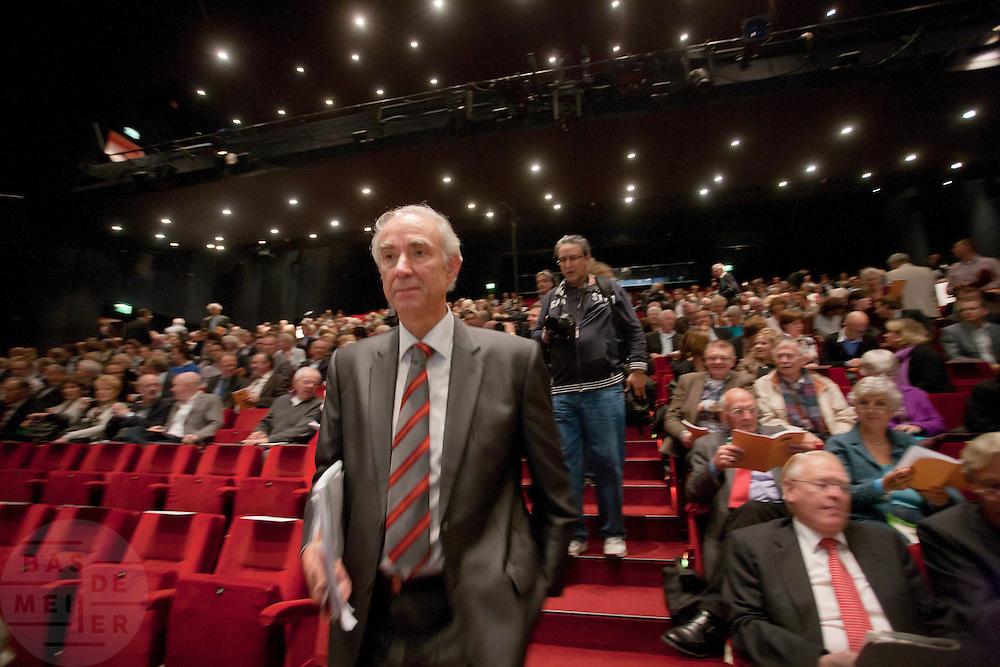 Minister Gerd Leers loopt de zaal van het Beatrixtheater binnen. In Utrecht houdt het CDA haar partijcongres. Het congres staat voor een groot deel in het teken van de uitzetting van Mauro. <br /> <br /> Minister Gerd Leers is walking to his seat at the congress of the CDA in Utrecht.