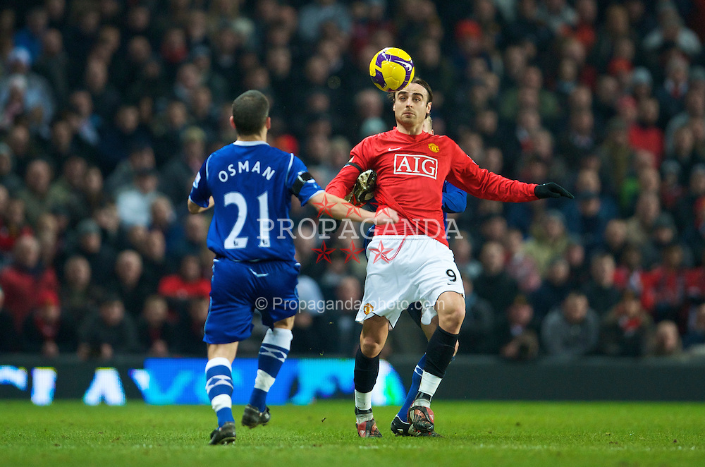 MANCHESTER, ENGLAND - Saturday, January 31, 2009: Everton's Leon Osman and Manchester United's Dimitar Berbatov during the Premiership match at Old Trafford. (Mandatory credit: David Rawcliffe/Propaganda)