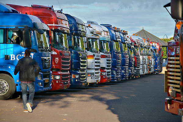 Nederland, Gendt, 26-9-2015Een lange rij Trucks staan opgesteld op het dorpsplein vanwege een Truckersmanifestatie. Met verstandelijk beperkten gaan zij een rondrit door de omgeving maken.FOTO: FLIP FRANSSEN/ HH