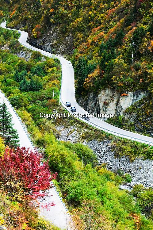 SICHUAN, CHINA , OCT. 12.2011 : Audi Testfahrt durch die Berge in der Provinz Sichuan.