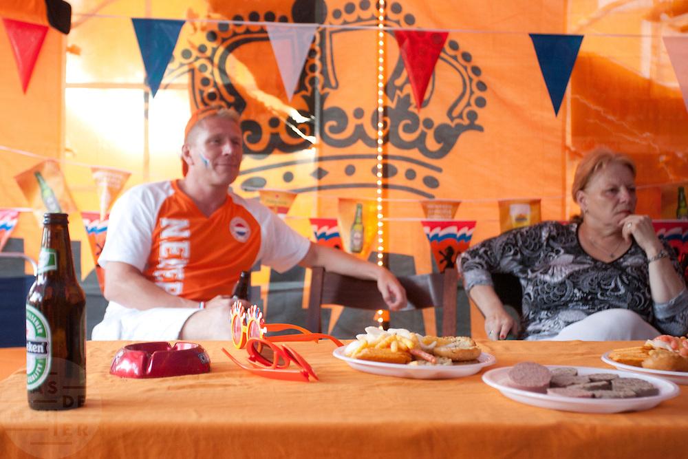 In een grote tent aan de Royaards van den Hamkade in de Utrechtse volkswijk Ondiep, de wijk waar Wesley Sneijder vandaan komt, kijkt een grote groep oranjesupporters naar de wedstrijd.<br /> <br /> Dutch supporters are watching the finals of the World Championship Soccer 2010 in a partytent in the Utrecht district Ondiep.