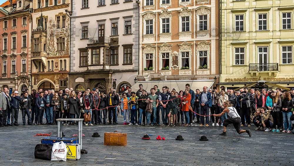 Prague, la ville aux mille tours et mille clochers, n&rsquo;a pas seulement inspire Andre Breton et les surrealistes. Chaque annee, la belle Tcheque seduit des millions d&rsquo;admirateurs du monde entier. Monuments, fa&ccedil;ades et statues racontent une histoire mouvementee ou planent les ombres du Golem, de Mucha ou de Kafka.<br /> Depuis 1992, le centre ville historique est inscrit sur la liste du patrimoine mondial par l'UNESCO<br /> <br /> La place de la Vieille-Ville (Staromestske namesti) est situee au c&oelig;ur du centre historique de la capitale tcheque.