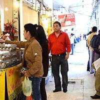Toluca, México.- Debido a la inestabilidad de los productos básicos, la economía familiar se ve afectada y las amas de casa buscan precios más accesibles, principalmente en los mercados que también se han visto afectados y hay poca gente en los lugares.  Agencia MVT / José Hernández