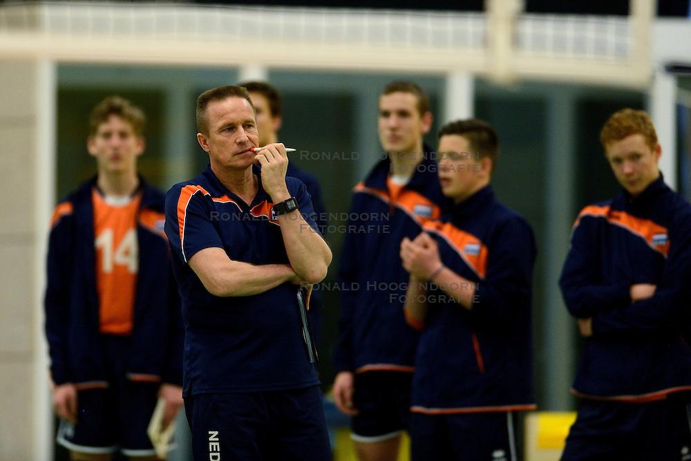 29-12-2014 NED: Eurosped Volleybal Experience Nederland - Belgie -19, Almelo<br /> Nederland verliest met 3-2 van Belgie / Han Abbink