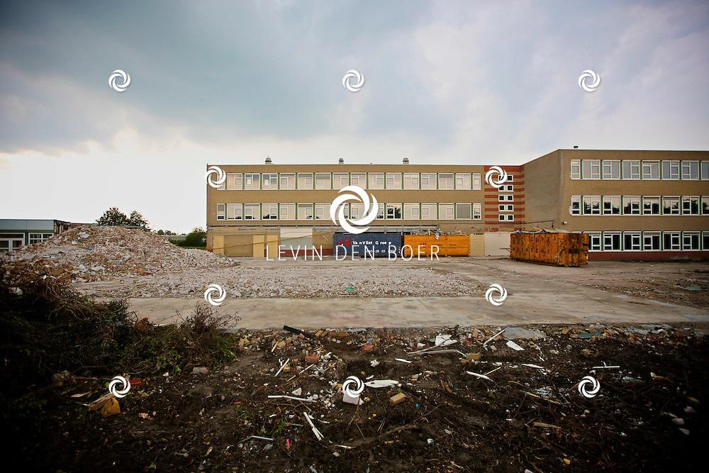 ZALTBOMMEL - Scholengemeenschap Cambium aan de Courtine krijgt een grote onderhoudsbeurt en daarom is de sloop begonnen van het pand. FOTO LEVIN DEN BOER - PERSFOTO.NU