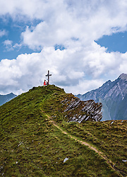 THEMENBILD - Touristen am Gipfelkreuz des Geißstein am Kitzsteinhorn, aufgenommen am 16. Juli 2019 in Kaprun, Österreich // Tourists at the summit cross of Geißstein at the Kitzsteinhorn, Kaprun, Austria on 2019/07/16. EXPA Pictures © 2019, PhotoCredit: EXPA/ JFK