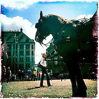 Nederland, Amsterdam , 29 juni 2011..Sfeerfoto gemaakt op de Dam in amsterdam met I-Phone en fotoprogramma Hipstamatic John S. Lens. Film Dream Canvas..Op de voorgrond koets met paard voor toeristische rit door de binnenstad..Foto:Jean-Pierre Jans