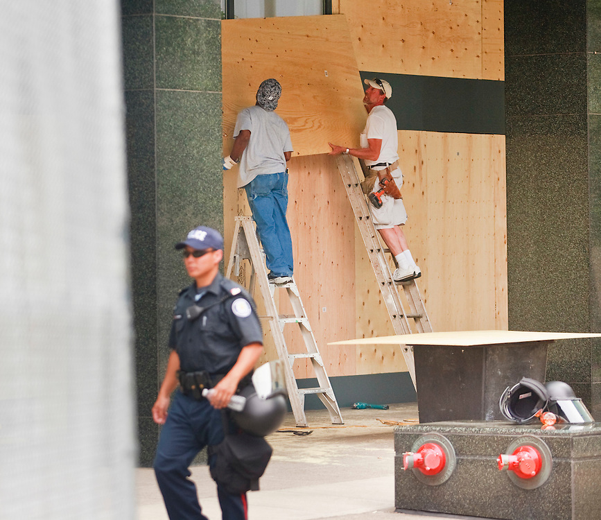 Workers board up windows in downtown Toronto June 23, 2010 in preparation for this weekend's G20 meeting in the city. Thousands of police from all across Canada have been brought into downtown Toronto to handle security for the summit.<br /> AFP/GEOFF ROBINS/STR