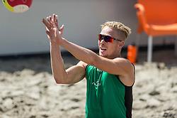 17-06-2016 NED: Beachvolleybaltoernooi eredivisie, Amsterdam<br /> Op het Mercatorplein in Amsterdam gaan de beachers uit de eredivisie van start / Sven Vismans