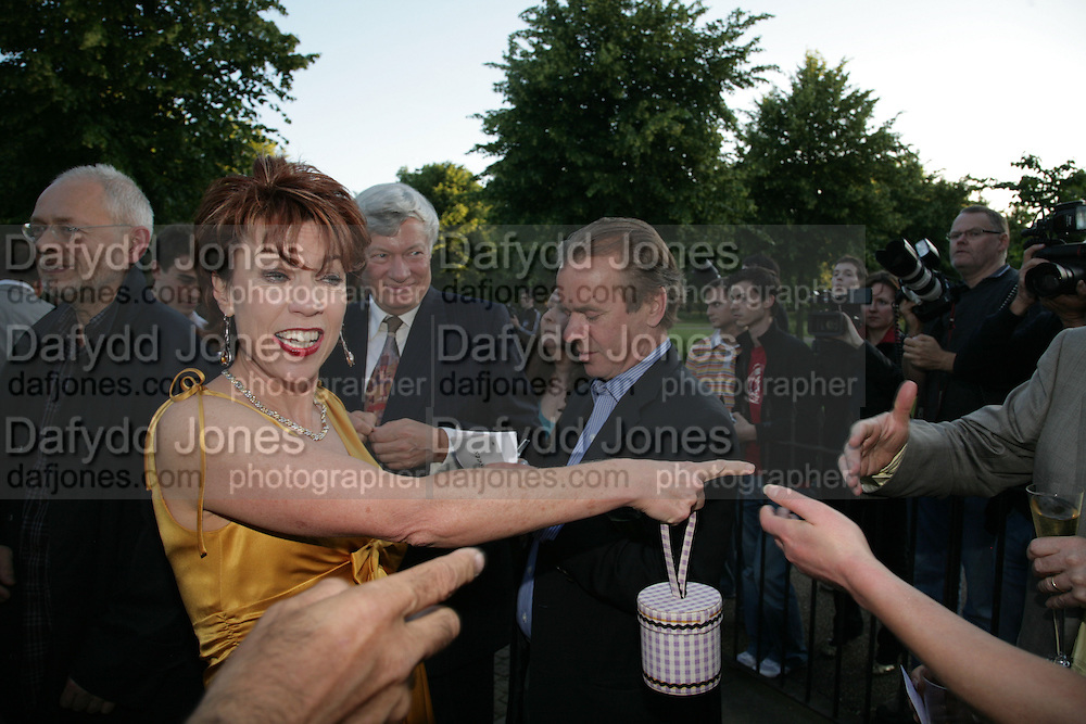 Kathy Lette and Martin Amis, Launch of Tina Brown's book 'The Diana Chronicles' hosted by Reuters. Serpentine Gallery. 18 June 2007.  -DO NOT ARCHIVE-© Copyright Photograph by Dafydd Jones. 248 Clapham Rd. London SW9 0PZ. Tel 0207 820 0771. www.dafjones.com.