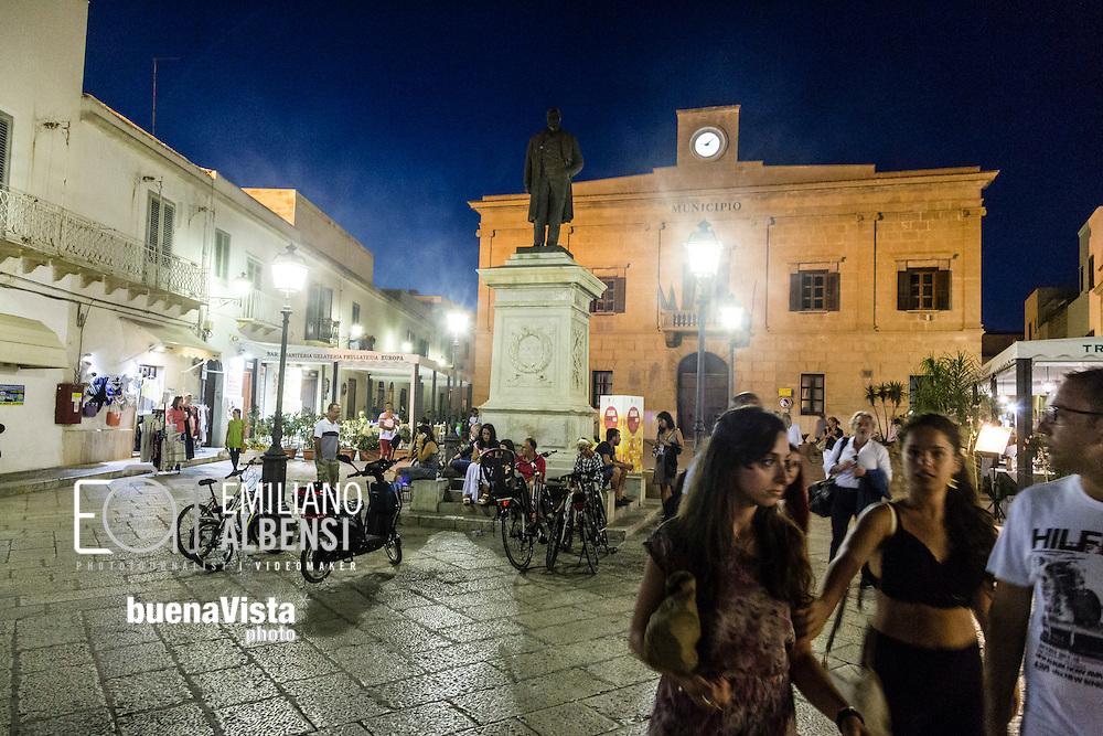 Favignana, Sicilia, Italia, 2016<br /> Piazza Europa con la sede del Comune di Favignana.<br /> <br /> Favignana, Sicily, Italy, 2016<br /> Europe Square with the Favignana Town Hall.